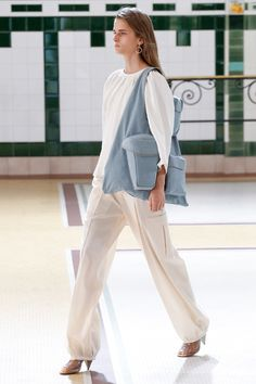 Lemaire Spring-Summer 2017 Ready-to-Wear Runway Collection Fashion Week, Fashion 2017, Runway Fashion, Spring Fashion, Fashion Looks, Fashion Gone Rouge, Fashion Show Collection, Uniqlo, Lounge Wear