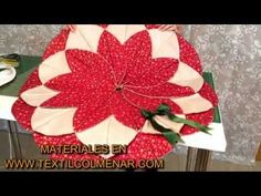 TUTORIAL PATCHWORK ORIGAMI MARGARITA NAVIDAD (EXCLUSIVO TEXTIL COLMENAR) - YouTube Christmas Projects, Christmas Wreaths, Christmas Tree, Christmas Ornaments, Festive Crafts, Diy And Crafts, Tutorial Patchwork, Christmas Runner, Poinsettia