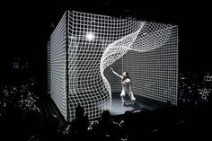 Hakanaï est une performance chorégraphique pour une danseuse évoluant dans un volume d'images en mouvement. Nous devons cette incroyable performance au duo Adrien M / Claire B. Hakanaï définit ce qui est fragile, évanescent, transitoire, entre rêve et réalité.  Les images sont animées en direct, selon des modèles physiques de mouvement, au rythme d'une création sonore également interprétée en direct. À l'issue de la performance, l'installation numérique est ouverte aux spectateurs...