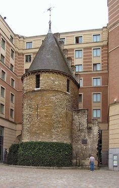 #Brussel, #België : Tussen de muren van het Novotel vindt men nog een laatste restant van de oude Brusselse vestingsmuren.