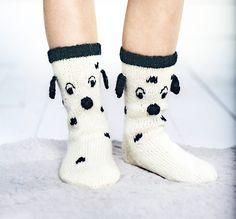 Dalmatialaiset jalkaan! - On korvia, on pilkkuja... Neulo suloiset lasten villasukat. Dalmatialaiset lämmittävät pieniä jalkoja. Crochet Socks, Knitted Slippers, Knit Crochet, Sweater Knitting Patterns, Knitting Socks, Hand Knitting, Best Baby Socks, Minion Baby, Fluffy Socks