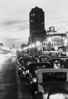 evening traffic along Wilshire Blvd hour evening traffic along Wilshire Blvd 1931 Photographie de New York City Manhattan Skyline au California History, Vintage California, Hollywood California, Southern California, New York City Manhattan, Manhattan Skyline, City Of Angels, Old Pictures, Old Photos