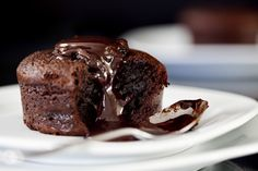 Chocolate Lava cakes are always eaten warm! As you bite into the chocolate sponge, the warm, gooey chocolate filling spills out onto your tongue. Easy No Bake Desserts, Köstliche Desserts, Delicious Desserts, Unique Desserts, Chocolate Pudding, Chocolate Ganache, Chocolate Heaven, Chocolate Cakes, Craving Chocolate