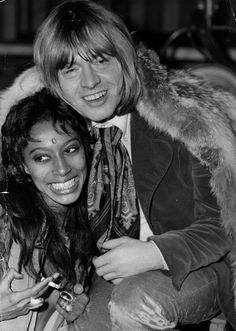 Brian Jones (1942 - 1969), le guitariste des Rolling Stones, et son amie, l'actrice et mannequin Donyale Luna, le 10 décembre 1968.