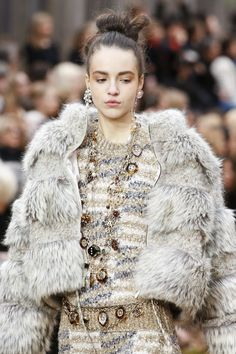 Detail / Chanel / Paris / Herbst 2018 / Kollektionen / Fashion Shows / Vogue Coco Chanel, Chanel News, Chanel Paris, Knit Fashion, High Fashion, Fashion Show, Women's Fashion, Chanel Fashion, Runway Fashion