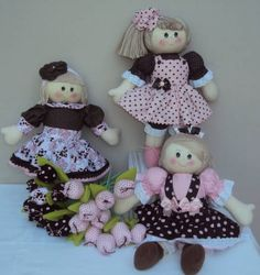 Bonecas com 38cm de altura,corpo em malha e roupa com tecido de algodão, R$ 98,00