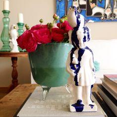 Deze vaas van Dutz is perfect voor m'n Lente ranonkels. Het beeld van Erik Kok maakt het plaatje af #faboosh #villafaboosh