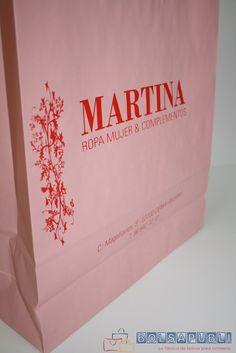 Bolsas de papel personalizadas de asa rizada. Diseño en color rosa. Encontrarás más información en www.bolsapubli.net/productos/bolsasdepapel.html .