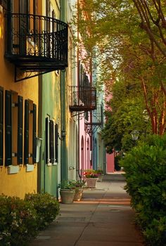 Rainbow Row, Charleston, South Carolina Charleston is most likely one of the best places to stroll in America. It can be seen best by walking. I would watch the time of year, however. Summers are brutally hot. AOACIBLE CALLE QUE LA HACE TAN ADMIRABLE. Charleston Caroline Du Sud, Charleston South Carolina, North Carolina, Charleston Sc, Carolina Usa, Oh The Places You'll Go, Places To Travel, Places To Visit, Travel Destinations