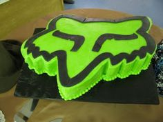 The Dessert Box: Fox Racing cake. I know Ryker will be wanting this for his… Fox Racing, Racing Cake, Dirt Bike Party, Dirt Bike Cakes, Dirt Bike Room, Bike Birthday Parties, Dirt Bike Birthday, Cake Birthday, 17th Birthday