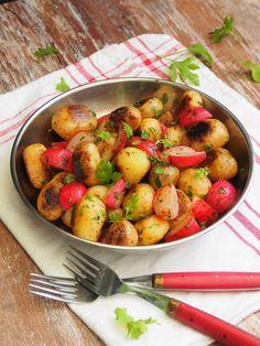 Paistetut retiisiperunat tuoksuvat ja maistuvat ihanasti kesältä! Kauan kaivatut uudet perunat, mukavasti rouskuva kauniin punainen retiisi ja vihreältä tuoksuva persilja ovat yhdessä huikea kolmikko. Paistetut retiisiperunat maistuvat ihan sellaisenaan kepeiden mausteiden kera, mutta ne ovat myös oiva lisuke lihalle, kalalle tai vaikkapa feta/halloumijuuston kanssa. Jos jääkaapissasi on jo valmiiksi keitettyjä uusia perunoita, paistettujen retiisiperunoiden valmistukseen...Read More