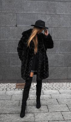 Sandra Willer näyttää ultra glam tässä tekoturkiksiin ja reiteen korkeat saappaat asu.  Wear ilme söpö fedora tai knalli luoda tyylikkään ja naisellinen tyyli.  Brands Ei määritetty.
