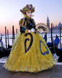 So pretty and very elegant 2015 - Carnival of Venice - Carnival Date, Venice Carnival Costumes, Venetian Carnival Masks, Carnival Of Venice, Costume Venitien, Masquerades, Masquerade Ball, Shades Of Purple, Mardi Gras