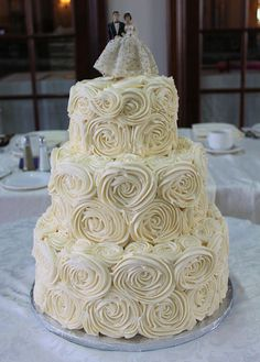 This cake has a great vintage feel Covered with white buttercream rosettes. Wedding Cake Rustic, Cool Wedding Cakes, Elegant Wedding Cakes, Wedding Cake Toppers, Wedding Cakes With Icing, Publix Wedding Cake, White Buttercream, Buttercream Wedding Cake, Family Cake