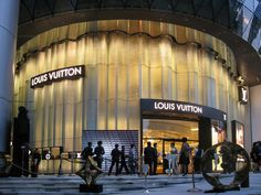 Designing a curvilinear glass façade for the luxury retail giant proved to be just as detail-laden as its signature monogram pattern Retail Facade, Shop Facade, Louis Vuitton Store, Luxury Store, Showroom Design, Glass Facades, Sky Garden, Facade Design, Design Museum