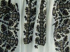 Ie Gorj - detaliu Alexander Mcqueen Scarf, Flora, Textiles, Costume, Blouse, Accessories, Fashion, Moda, Fashion Styles