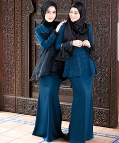 Tak menang tangan dengan sambutan @wawazainalrtw ni kaler lain ada yg sold out..kaler ni pun makin susut!! Whatsapp 012 3434 206!!! Yg wawa pakai rm 179 , model sebelah 199 je.Baju harga kasih syg je semua ni hehehehe Abaya Fashion, Modest Fashion, Girl Fashion, Womens Fashion, Fashion Muslimah, Kebaya Dress, Dress Pesta, Kebaya Muslim, Muslim Dress