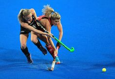 Anita McLaren de Nueva Zelanda presiona a Georgie Twigg de Gran Bretaña en el partido que disputaron en Londres