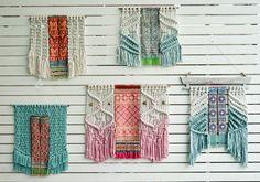 Tapisseries modernes de macramé fait avec éco-responsables coton corde peinte à la main.  La Tenture murale contient une main tissu brodé de la tribu Hmong dans le nord de la Thaïlande.  Une occasion pour décorer votre espace avec une partie dune pièce unique qui combine différentes techniques et des cultures en un. Ma touche espagnole ainsi que les traditions asiatiques.  Peut être utilisé comme une tête de lit et également dans nimporte quel espace même les chambres denfants et sera…