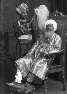 Baba Khem Singh Bedi was the fourteenth spiritual head of the Sikhs by direct descent from the founder of their faith, Guru Nanak. Ancient Indian History, History Of India, Old Pictures, Old Photos, Vintage Photos, Oriental, Vintage India, Cute Photos, Indian Art
