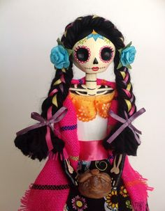 Do to a barbie? Barbie Halloween, Mexico Day Of The Dead, Day Of The Dead Art, Diy Art Projects, Halloween Projects, Paper Mache Diy, Mexican Celebrations, Adornos Halloween, Haunted Dolls