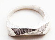 KERRIE YEUNG-.USA Silver sculptural ring/ L'anneau d'argent n'a jamais été aussi simplement moderne.