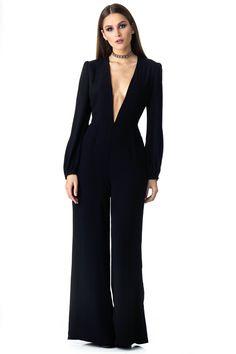 """Macacão preto manga longa com decote em """"v"""".  Macacão em tecido plano, não possui elastano porém veste bem os tamanhos 36 e 38 por ter a…"""