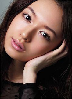 157_3. Make upのクローズアップ写真は外人さんにはかなわないけど、森絵梨佳さんのメイクは、本当に上手いなぁって思いますね。パステルっぽいガーリーさも得意だし、こうした艶っぽいカラーにしても若い上品さが漂っています。参考にしたいですね。