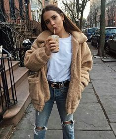 Teddy Bear jacket over white tee ad knee ripped jeans, fall/winter outfit, casual Winter Fashion Outfits, Look Fashion, Autumn Fashion, Womens Fashion, Fashion Trends, Fashion Ideas, Warm Winter Outfits, Outfit Winter, Winter Dresses