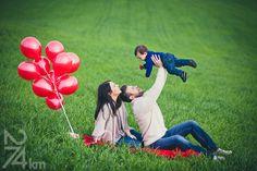 sesión de fotos en familia San Valentin,Fotógrafo de familia en Barcelona, photography, 274km, Gala Martinez, Hospitalet, family, exterior, winter, hivern, invierno, camp, campo, field, globos, globus, balloons