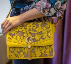Bag tiracolo amarela Carmen Steffens, com detalhes em tassel e na cor amarela, ela vai iluminar seu look!