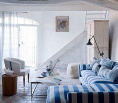 Pareti bianche e divano a righe - Come abbinare il divano a righe alle pareti.