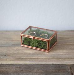 Glasbox mit Kupfer und Moos als Ringkissenalternative für Hochzeit