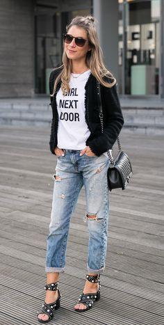 Boyfriend Jeans, Slogan T-Shirt, Chanel Boy Bag & Sandalen of the Year 2017 - Casual Street Style für den Herbst Übergang