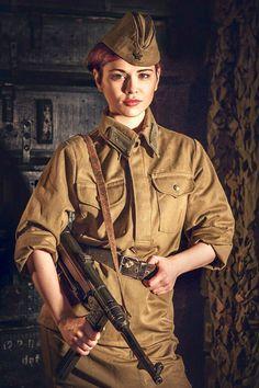 Beautiful girl in Soviet uniform with MP 38 submachine gun War Photo Military Chic, Military Girl, Military Fashion, Ww2 Uniforms, Cartoon Fan, Cosplay Armor, Female Soldier, Military Women, Armada