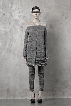 Me gustaría una blusa que fuera solo la parte gris obscura y desaparecer la parte gris clara de los hombros.  Raw-edged fashion from Uma Wang. Photographed by Todd Anthony Tyler