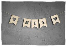 Wunderschöne Zacken Wimpelkette aus Holz mit Wunschnamen oder Datum  – perfekte Dekoration für Wand, Tür oder Möbel. Silver, Jewelry, Products, Garlands, Dekoration, Great Gifts, Handarbeit, Patterns, Jewlery