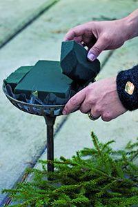 Adventsdekoration med fyra ljus - gör du själv med oasis och gröna blad och barr.
