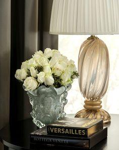 arranjos decorativos frescos que caracterizam branco vaso de vidro veneziano e lâmpada de vidro veneziano clara e ouro