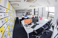 Coworking Buzz Zone Business Link Kraków to sala w której można wybrać sobie dowolne miejsce i pracować.