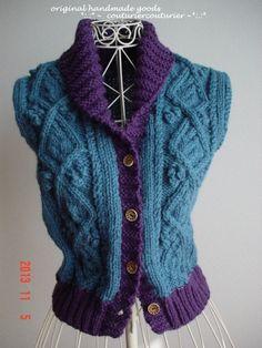 ☆彡フィッシャーマンズベスト ニット(へちまカラー)ウール100%極太毛糸使用。 本体アラン模様編みは、深い色合いのコバルトブルー色です。前立てと襟の部分を濃紫色にしています。 レディースのMサイズ 着丈52cm  身幅43cm(アラン模様編みなので、着...