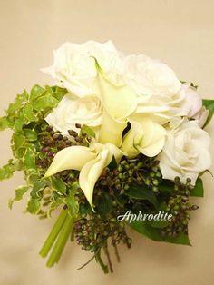 ウエディングブーケ専門ショップ・アフロディーテ(Wedding Bouquet Aphrodite) 白バラとグリーンのクラッチブーケ Wedding Wreaths, Wedding Bouquets, Japanese Florist, Floral Wedding, Wedding Flowers, Aphrodite, Floral Arrangements, Floral Design, Dream Wedding