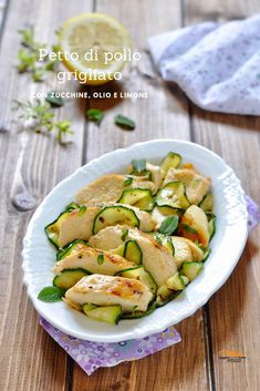 Grilled chicken breast with zucchini, oil and lemon breast Bosnian Recipes, Italian Recipes, Pollo Light, Carne, Best Dinner Recipes, Food Humor, Light Recipes, Grilled Chicken, Zucchini
