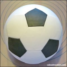 como-hacer-una-pelota-de-futbol-en-fondant Fondant, Soccer Cake, Cupcake Cookies, Cupcakes, Pasta, Gabriel, Ideas, Football Birthday Cakes, Decorating Cakes