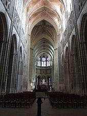 Catedral de Auxerre. Francia. La mayor parte de la catedral gótica borgoñona fue construida entre 1215 – 1233, sobre una cripta del siglo XI, pero la construcción continuó hasta los años 1540, cuando la cúpula de estilo renacentista que toma el lugar de una aguja sobre la torre acabada fue acabado. La construcción sobre la nave y el transepto continuó lentamente a lo largo de los siglos XIV y XV.