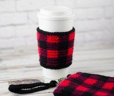 Buffalo Plaid Cup Cozy - Crochet 365 Knit Too Crochet Christmas Cozy, Plaid Crochet, Crochet Coffee Cozy, Crochet Cozy, Crochet Christmas Decorations, Crochet Fall, Crochet Gifts, Knitted Gifts, Coffee Cup Cozy