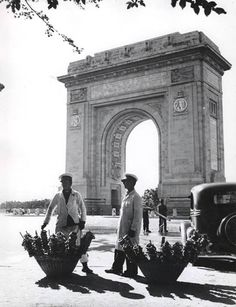 Nicolae Ionescu - Pretzel vendors in uniform in front of the Triumph Arch. Little Paris, Bucharest Romania, Vintage Architecture, Timeline Photos, World War Two, Old Pictures, Art History, Big Ben, Louvre