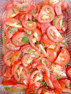Tomaten zijn niet alleen gezond, maar ook lekker fris en eerlijk is eerlijk: een beetje kleur op het bord doet het altijd goed. Deze frisse salade is super makkelijk te maken, allerlei soorten toma… Meat Recipes, Real Food Recipes, Salad Recipes, Yummy Food, Pesto, Food Porn, Healthy Recepies, Tapas, Barbecue