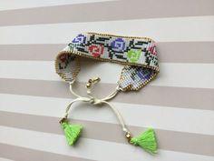 Miyuki boncuklu püsküllü bileklik Ünlü Japon Miyuki boncuklarından yapılmış tasarım bileklik.Kanaviçe desenli özgün.... 387238