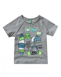 """T-shirt en 100% coton avec imprimé rigolo à l'eau multicolore et écusson appliqué sur le devant. Manches courtes raglan et col rond avec petite découpe au centre, tous deux à bords bruts.<br> Cette pièce est dotée de l'étiquette """"Vêtements Sûrs"""" : elle a"""